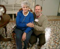 La signora Carla con il volontario Paolo