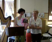 L'arpista Elisabetta con la volontaria Mirella