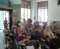 La volontaria Silvana con gli ospiti