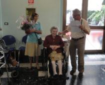 La centenaria signora Margherita festeggiata e un omaggio floreale consegnato dai Volontari Silvana e Antonio