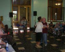La nostra volontaria Rosaria mentre balla con un ospite
