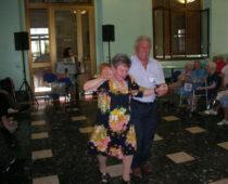 Il nostro volontario Antonio Barbalinardo mentre balla con la signora Rosa