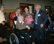 La festeggiata, la centenaria signora Rosa con le sue due figlie e i volontari Marisa Brambilla e Antonio Barbalinardo